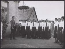 A. Utta mit einer Jugendgruppe d. DVV