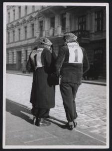 Litzmannstadt 1938 : Mädel als Stimmzettelverteiler mit der Nr. der deutschen Einheitsliste