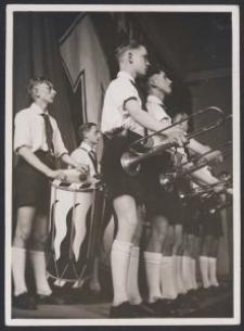 [Fotografia z występu chłopców z Hitler Jugend w 1938 r. w Łodzi]