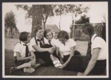 [Fotografia łódzkich dziewcząt na obozie pod miastem w 1935 r.]